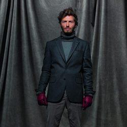 Americana gris, jersey de cuello alto y pantalones grises de la colección otoño/invierno 2012/2013 de Chevignon