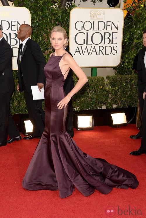 Taylor Swift con un vestido Donna Karan en los Globos de Oro 2013