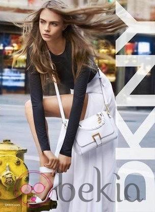 Look en blanco y negro de la colección primavera 2013 de DKNY con Cara Delevingne
