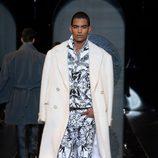 Abrigo blanco de la colección otoño/invierno 2013/2014 de Versace en la Semana de la Moda Masculina de Milán