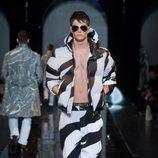Traje de cebra de la colección otoño/invierno 2013/2014 de Versace en la Semana de la Moda Masculina de Milán