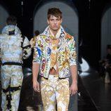 Colorido traje de la colección otoño/invierno 2013/2014 de Versace en la Semana de la Moda Masculina de Milán