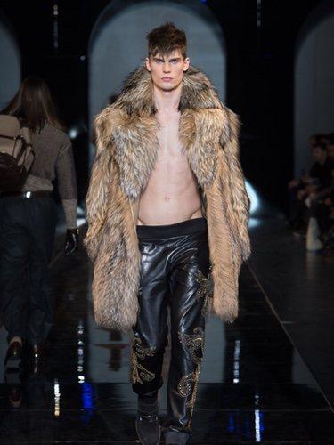 Abrigo de piel de la colección otoño/invierno 2013/2014 de Versace en la Semana de la Moda Masculina de Milán