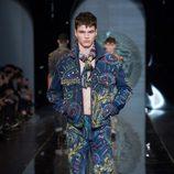 Traje estampado de la colección otoño/invierno 2013/2014 de Versace en la Semana de la Moda Masculina de Milán