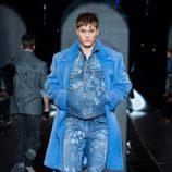 Look denim de la colección otoño/invierno 2013/2014 de Versace en la Semana de la Moda Masculina de Milán