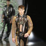 Cuero en la colección otoño/invierno 2013/2014 de Versace en la Semana de la Moda Masculina de Milán