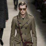 Abrigo color oliva de Burberry en la Semana de la Moda Masculina de Milán otoño/invierno 2013/2014