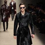 Trench negro brillante de Burberry en la Semana de la Moda Masculina de Milán otoño/invierno 2013/2014