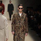 Abrigo con estampado de tigre de Burberry en la Semana de la Moda Masculina de Milán otoño/invierno 2013/2014