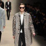 Abrigo con estampado de leopardo de Burberry en la Semana de la Moda Masculina de Milán otoño/invierno 2013/2014