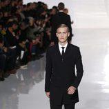 Traje negro de la colección otoño/invierno 2013/2014 de Dior en la Semana de la Moda Masculina de París