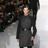 Trench de la colección otoño/invierno 2013/2014 de Dior en la Semana de la Moda Masculina de París