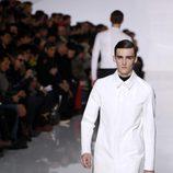 Chaqueta blanca de la colección otoño/invierno 2013/2014 de Dior en la Semana de la Moda Masculina de París