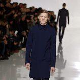 Abrigo azul marino de la colección otoño/invierno 2013/2014 de Dior en la Semana de la Moda Masculina de París