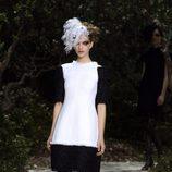 Vestido blanco y negro de la colección primavera/verano 2013 de Chanel en la Semana de la Alta Costura de París