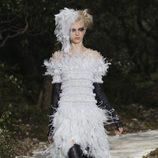 Vestido de plumas de la colección primavera/verano 2013 de Chanel en la Semana de la Alta Costura de París
