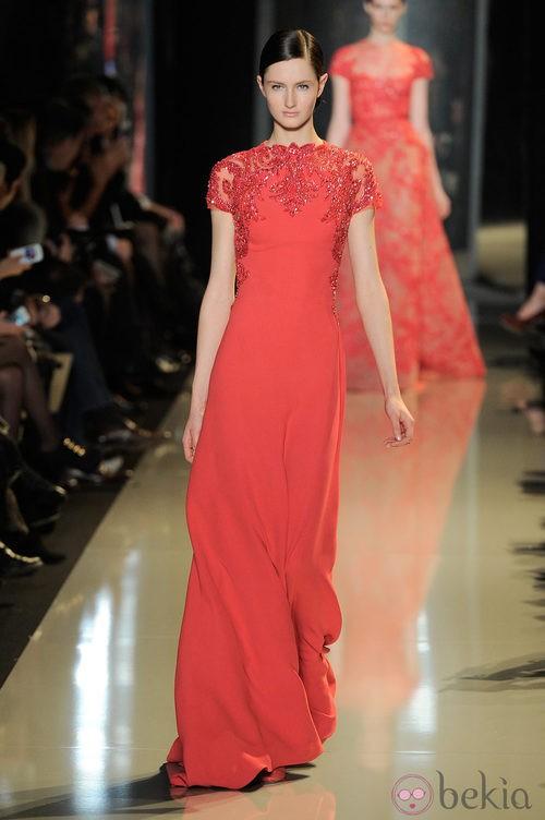Vestido rojo entallado de la colección primavera/verano 2013 de Elie Saab de la Semana de la Alta Costura de París