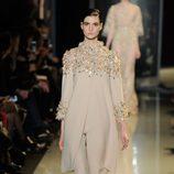 Traje en color crema de la colección primavera/verano 2013 de Elie Saab de la Semana de la Alta Costura de París