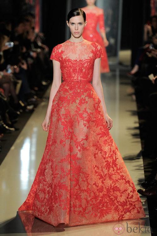 Vestido rojo con transparencias de la colección primavera/verano 2013 de Elie Saab de la Semana de la Alta Costura de París