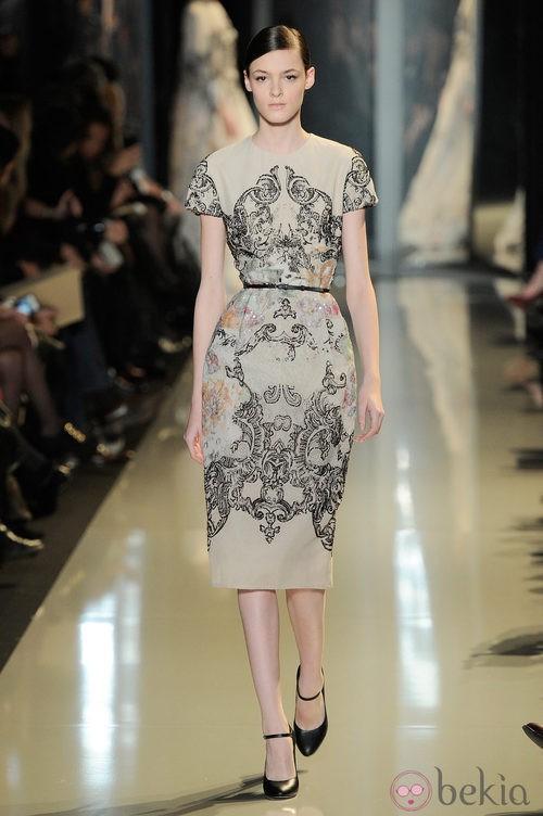 Vestido crema con detalles en negro de la colección primavera/verano 2013 de Elie Saab de la Semana de la Alta Costura de París