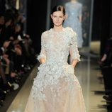 Vestido blanco con transparencias de la colección primavera/verano 2013 de Elie Saab de la Semana de la Alta Costura de París