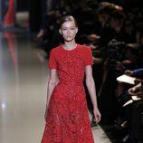 Vestido rojo con pedrería de la colección primavera/verano 2013 de Elie Saab de la Semana de la Alta Costura de París