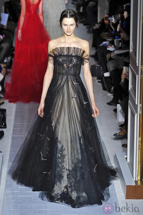 Vestido negro con transparencias de la colección primavera/verano 2013 de Valentino en la Semana de la Alta Costura de París