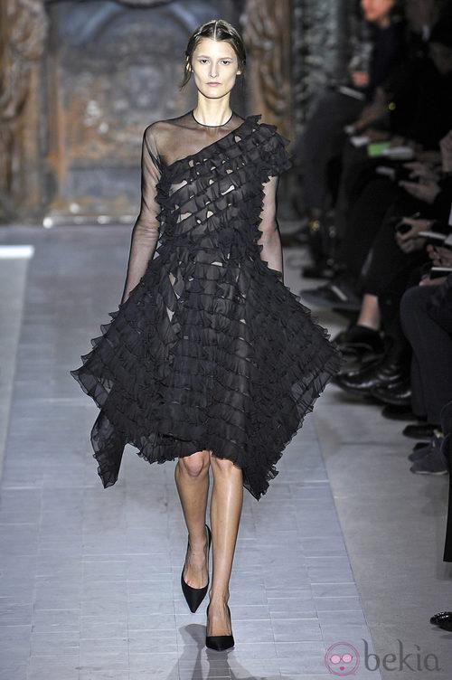 Vestido negro corto de la colección primavera/verano 2013 de Valentino en la Semana de la Alta Costura de París