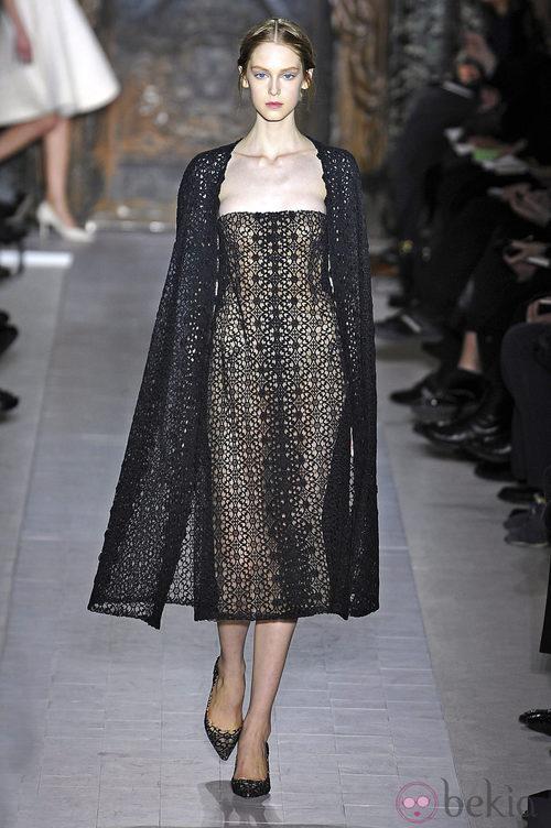 Vestido negro con capa de la colección primavera/verano 2013 de Valentino en la Semana de la Alta Costura de París