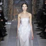 Vestido blanco de tirante fino de la colección primavera/verano 2013 de Valentino en la Semana de la Alta Costura de París