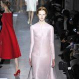 Vestido rosa palo de la colección primavera/verano 2013 de Valentino en la Semana de la Alta Costura de París