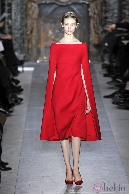 Vestido rojo con capa de la colección primavera/verano 2013 de Valentino en la Semana de la Alta Costura de París