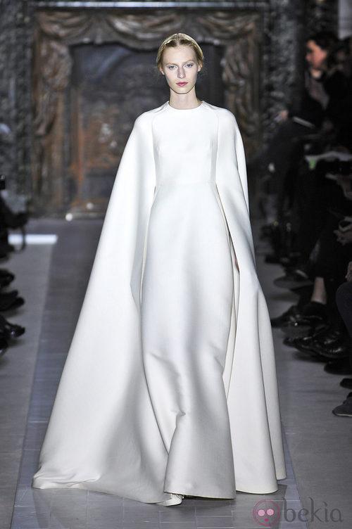 Vestido blanco con capa de la colección primavera/verano 2013 de Valentino en la Semana de la Alta Costura de París