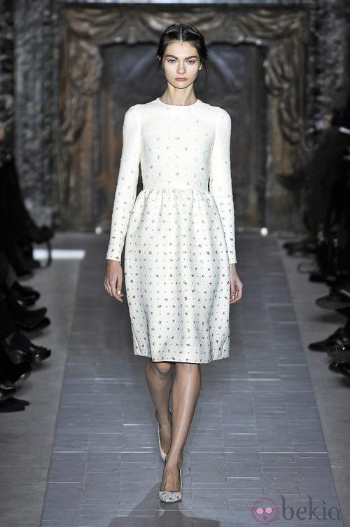Vestido blanco con estampado floral de la colección primavera/verano 2013 de Valentino en la Semana de la Alta Costura de París