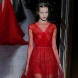 Vestido rojo de tul de la colección primavera/verano 2013 de Valentino en la Semana de la Alta Costura de París