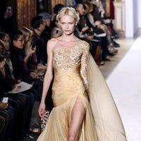 Vestido con capa de la colección primavera/verano 2013 de Zuhair Murad en la Semana de la Alta Costura de París