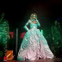 Rita Ora luciendo un vestido de Emilio Pucci en un concierto en Manchester