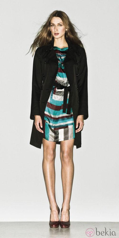 Vestido estampado y trench negro de la colección primavera/verano 2013 de Sisley