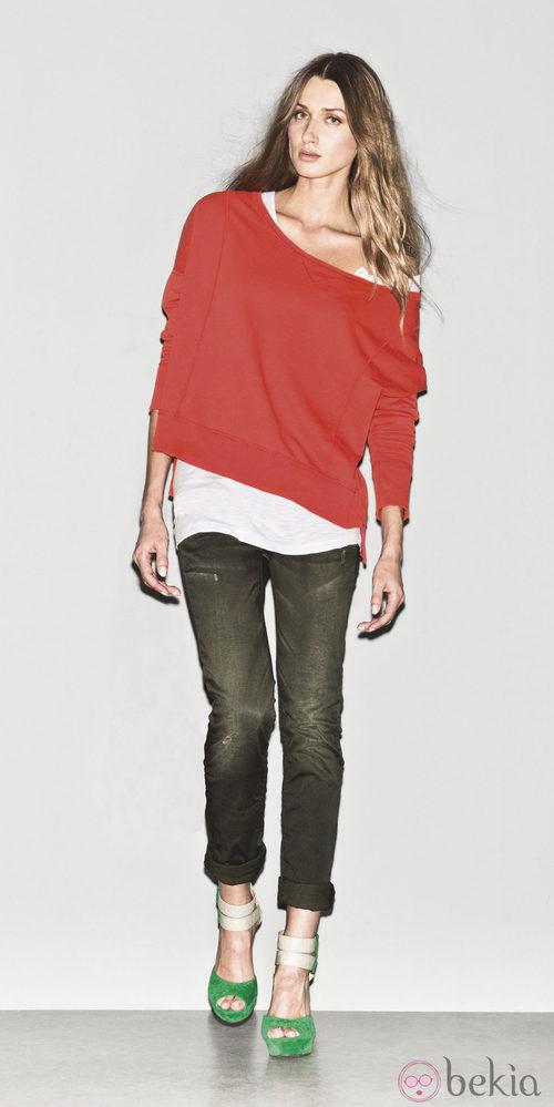 Jersey rojo con jeans de la colección primavera/verano 2013 de Sisley