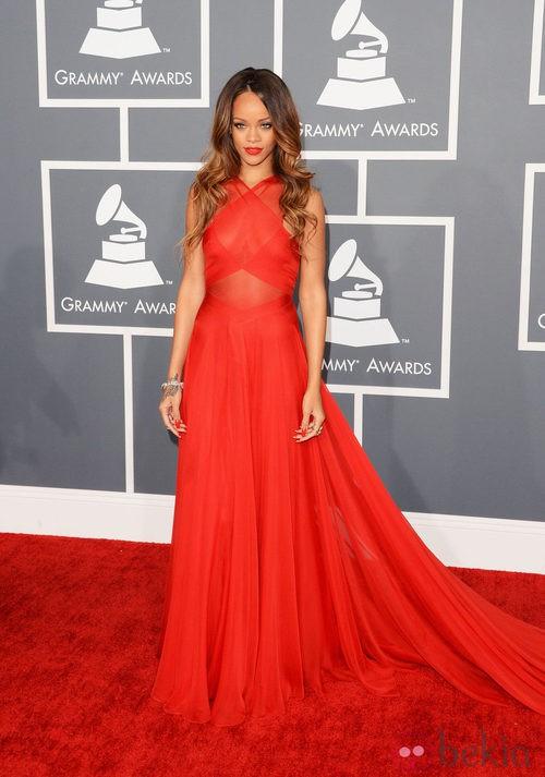 Rihanna con un vestido de rojo de Azzedine Alaia en los Grammy 2013