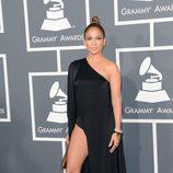 Jennifer Lopez con un vestido de Anthony Vaccarello en los Grammy 2013