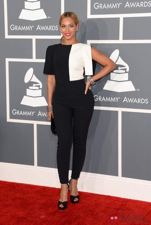Beyoncé con un conjunto de Osman en los Grammy 2013