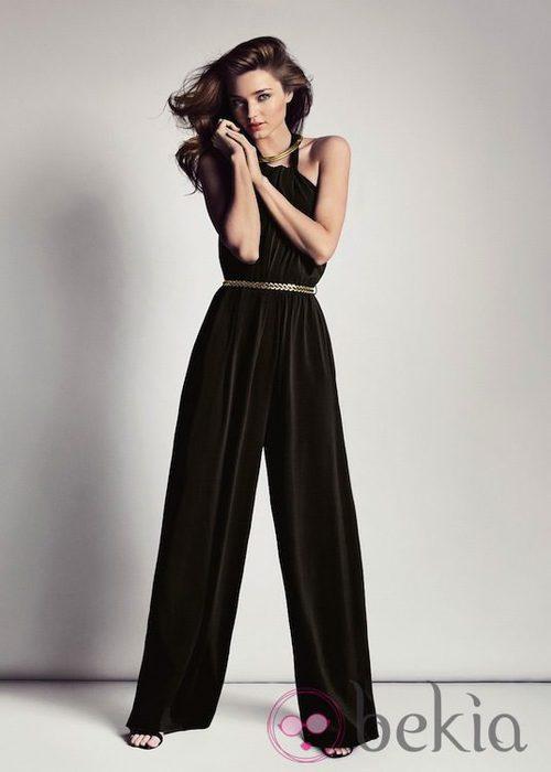 Miranda Kerr con un mono negro de la colección primavera/verano 2013 de Mango