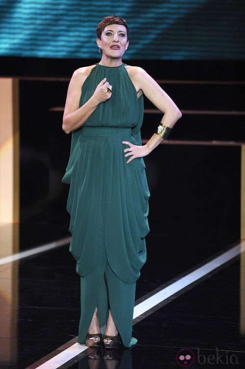 Eva Hache con vestido verde de Antonio y Fernando García para la ceremonia de los Goya 2013