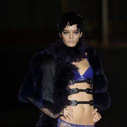 Conjunto azul eléctrico de la colección otoño/invierno 2013/2014 de Andrés Sardá en la Madrid Fashion Week