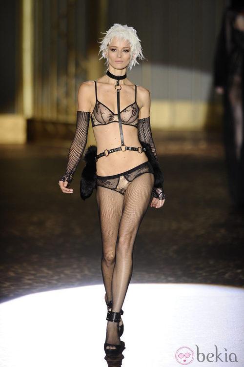 Conjunto con transparencias de la colección otoño/invierno 2013/2014 de Andrés Sardá en la Madrid Fashion Week