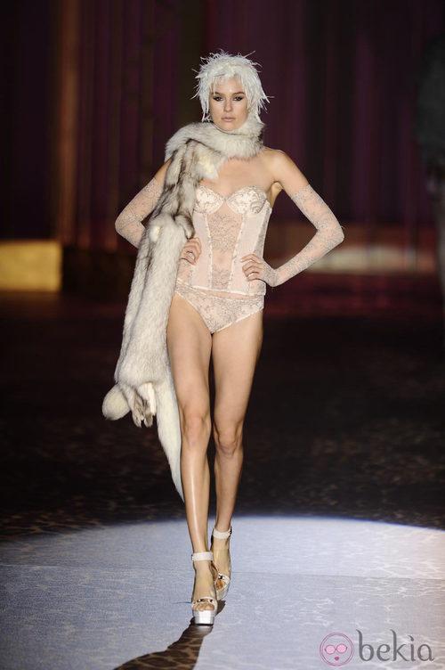 Corsé nude de la colección otoño/invierno 2013/2014 de Andrés Sardá en Madrid Fashion Week