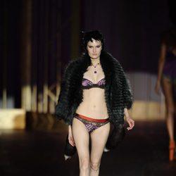 Conjunto morado y naranja de la colección otoño/invierno 2013/2014 de Andrés Sardá en Madrid Fashion Week