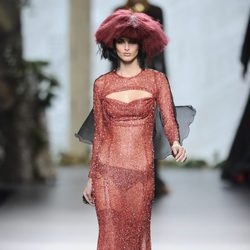 Vestido rojo brillante con transparencias de la colección otoño/invierno 2013/2014 de Francis Montesinos en la Madrid Fashion Week