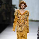 Vestido color mostaza en la colección otoño/invierno 2013/2014 de Francis Montesinos en la Madrid Fashion Week